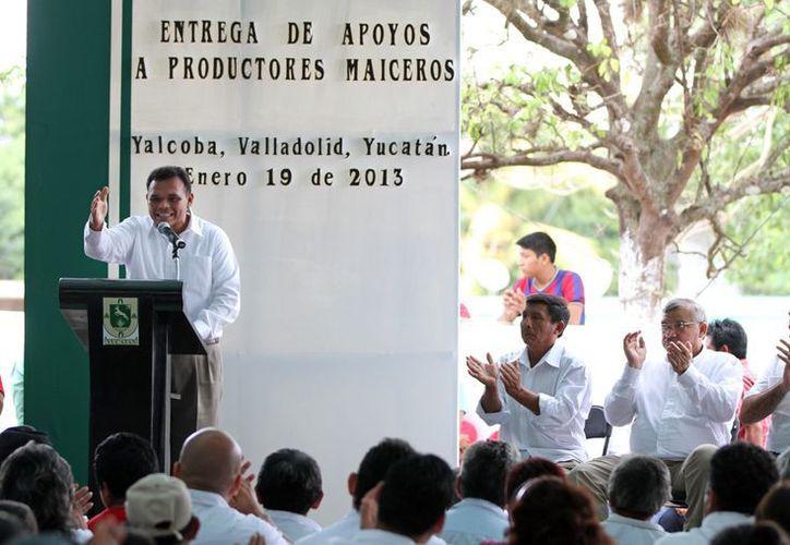 En Valladolid, Zapata Bello entregó ayer apoyos económicos a productores afectados por la sequía. (Cortesía)