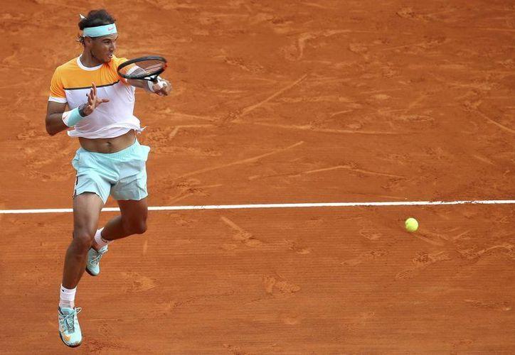 Rafael Nadal, ocho veces campeón en Montecarlo y quien ha tenido un año de altibajos, avanzó a los cuartos de final con un triunfo 7-6 (4), 4-6, 6-3. (EFE)