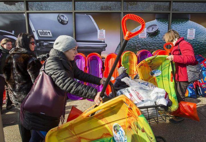 Miles de personas de una vasta zona de EU se está preparando con las provisiones necesarias para resistir los embates de lo que se prevé sea la tormenta invernal más intensa en años. (EFE)