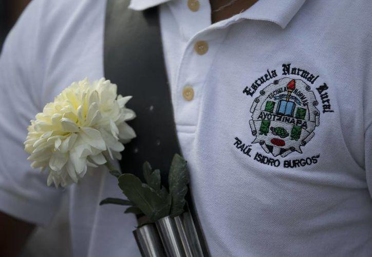 El martes se realizó una marcha en silencio para pedir una vez más la aparición con vida de los 43 muchachos. (AP)