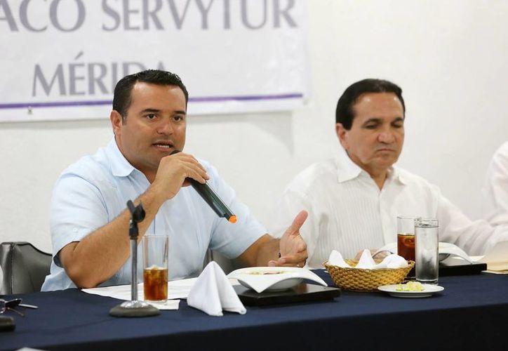 El PRI reiteró sus acusaciones contra el presidente municipal de Mérida, Renán Barrera Concha (izquierda). (Cortesía)