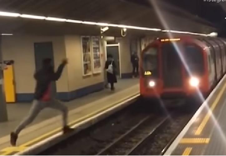 El joven compartió un video saltando justo cuando llega el tren. (Foto: Captura de video)