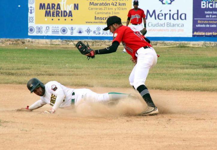 Con este triunfo, los Zorros de Pacabtún enfrentarán en los pléiofs a Senadores de la Morelos, el próximo fin de semana. (José Acosta/Milenio Novedades)