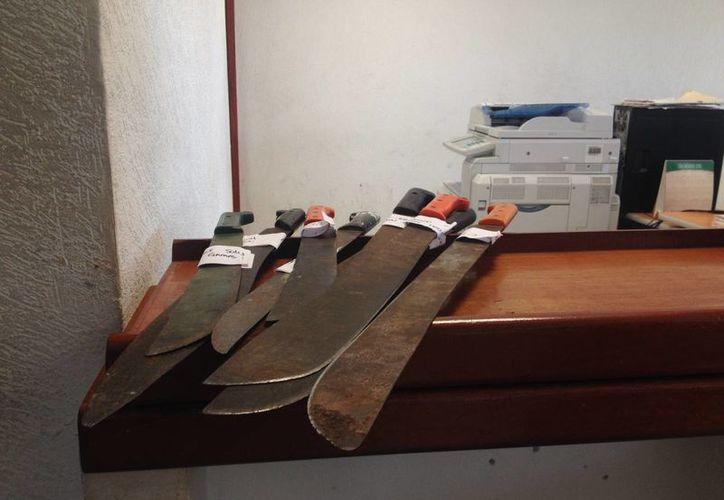 A los detenidos se les confiscaron los machetes con los que, presuntamente, iba a desmontar el predio a invadir. (Adrián Barreto/SIPSE)