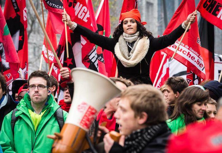 Aspecto de la multitudinaria protesta en Bruselas, contra los cambios al libre mercado que impulsa el gobierno y las medidas de austeridad. (Foto: AP)