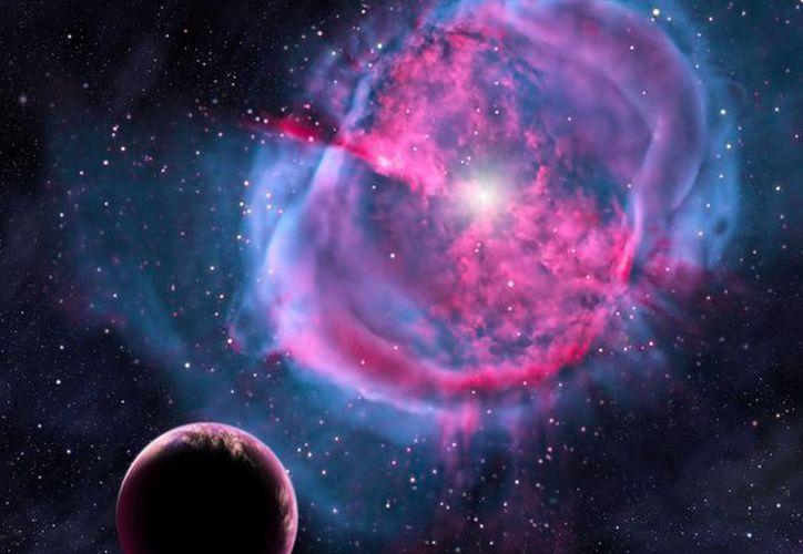 Recreación artística que muestra a un planeta similar a la Tierra orbitando sobre una estrella que ha formado una 'nebulosa planetaria'. (EFE)
