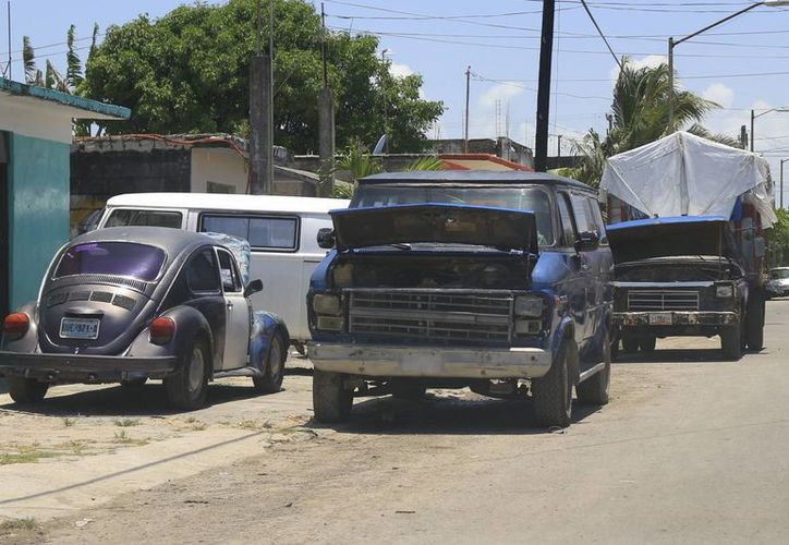 Muchos de los talleres estacionan las unidades afuera de los inmuebles, e incluso, sobre banquetas. (Jorge Carrillo/SIPSE)