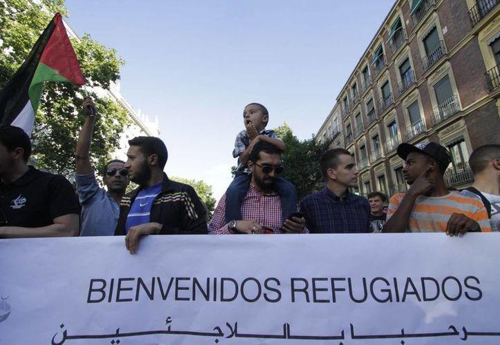 En Madrid, miles de personas salieron a las calles para demostrar su apoyo a la llegada refugiados del conflicto de Medio Oriente en su país. Otras ciudades como Londres, Berlín y Barcelona registraron marchas de gran magnitud. (Notimex)