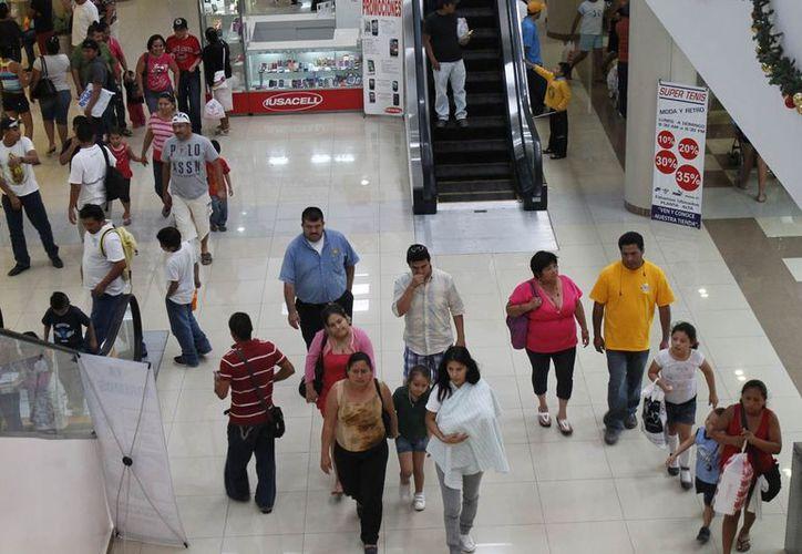 Algunas plazas comerciales ofrecen productos a precios elevados y hay otras que buscan cuidar los bolsillos de la comunidad. (Jesús Tijerina/SIPSE)