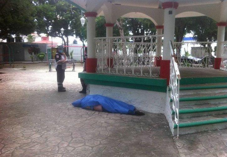Identifican al hombre muerto en el parque 'Del Bohemio' como el velador. (Redacción/SIPSE)