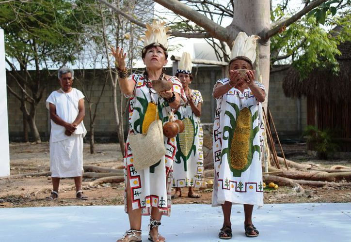 Miembros del grupo Sacbé realizaron el baile ancestral. (Redacción/SIPSE)