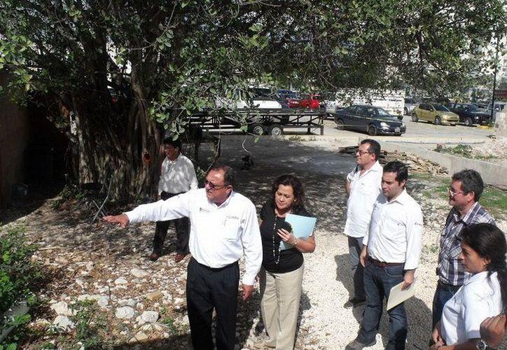 Autoridades de educación recorriendo el predio donde se construye en centro. (Cortesía/SIPSE)