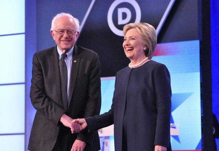 Los aspirantes presidenciales Hillary Clinton y Bernie Sanders y legisladores demócratas criticaron la decisión de Barack Obama de realizar nuevas redadas migratorias. (AP)