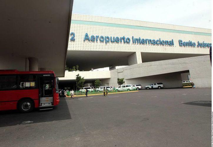 """Diputados advirtieron de que el robo de artículos de equipaje documentado por los usuarios es """"lamentablemente constante"""" en el AICM. (Archivo/Notimex)"""