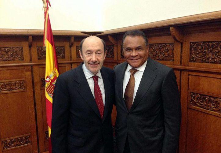 Joaquín Hendricks (d), secretario técnico del Consejo Político del PRI, con el secretario general del Partido Socialista Obrero Español (PSOE), Alfredo Pérez Rubalcaba. (Notimex)