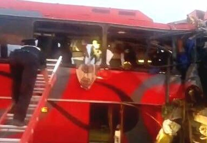 Hasta el momento no se ha revelado la identidad de las 10 personas fallecidas en el trágico percance carretero. (tiempo.com.mx)