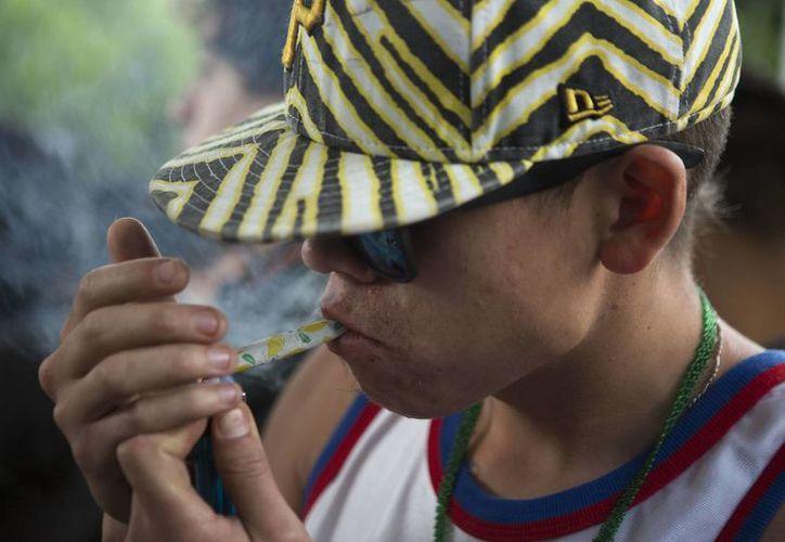 Aquellos que fumaban más marihuana mostraron una menor actividad en el cerebro en respuesta a alguna recompensa. (Agencias)