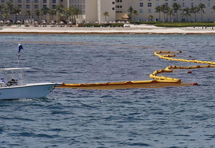 El pasado martes fue instalado el primer kilómetro en las costas de Cancún. (Jesús Tijerina/SIPSE)