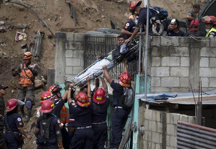 Por orden del presidente Enrique Peña Nieto, México ha enviado a Guatemala un grupo de especialistas de Protección Civil para ayudar en las tareas de rescate de víctimas de un alud. (AP)