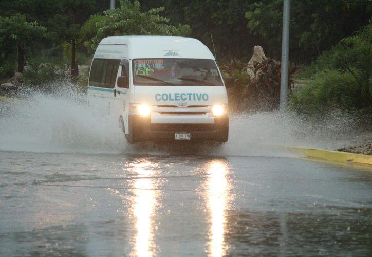 Los encharcamientos severos dificultaron el tránsito vehicular. (Octavio Martínez/SIPSE)