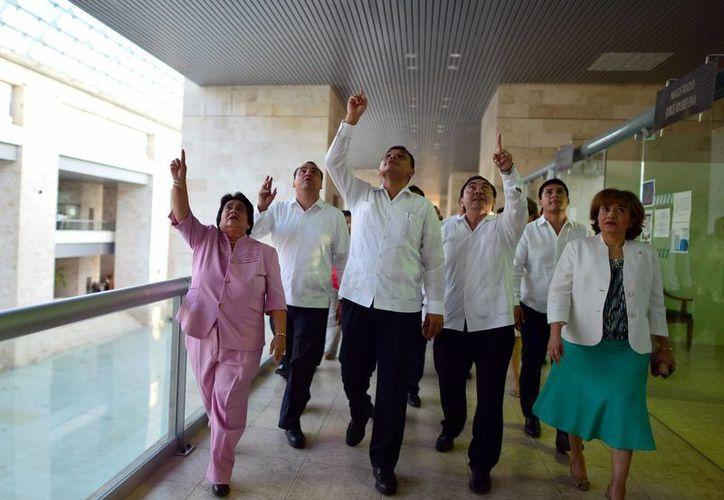 Marco Celis acompañado de sus invitados en un recorrido por las instalaciones del TSJY. (Milenio Novedades)