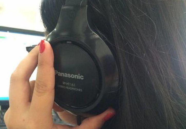 El uso de aparatos de audio como audífonos o chícharos con volúmenes muy altos, ha provocado sordera en jóvenes. (Claudia Martín/SIPSE)