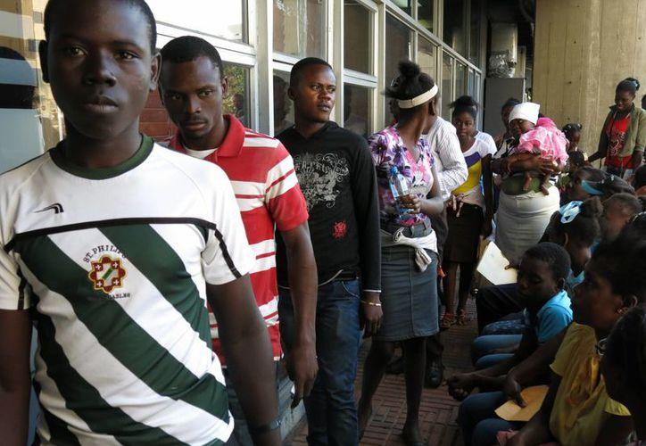 Los dominicanos sin documentos de identidad que no se registren podrían se expulsados del país. (AP)