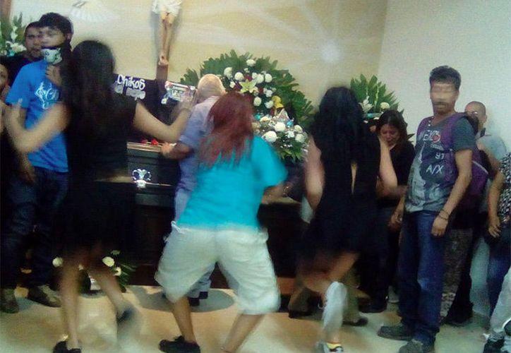Jóvenes despiden a uno de sus compañeros al ritmo de cumbia colombiana. (Foto: Captura/Facebook)