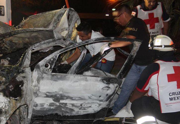 El cuerpo del conductor de un vehículo quedó prensado tras chocar en la entrada a Puerto Morelos. (Redacción/SIPSE)