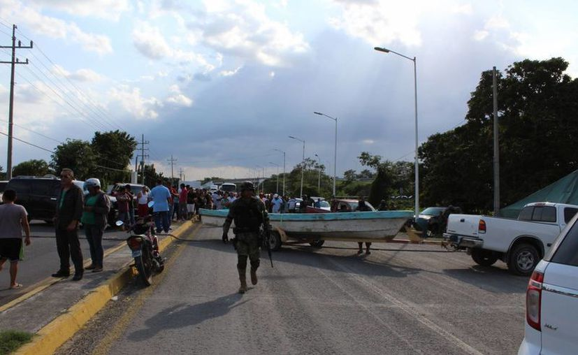La comunidad de Subteniente López bloqueó la carretera federal 186. (Ángel Castilla/SIPSE)