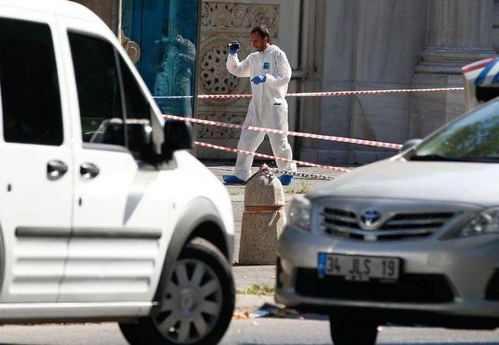 Un atentado mató a 8 soldados en Turquía, luego de que estallara al paso de un vehículo militar. La imagen no corresponde al hecho, sino otro atentado, éste con balazos, en Estambul. (Archivo/AP)