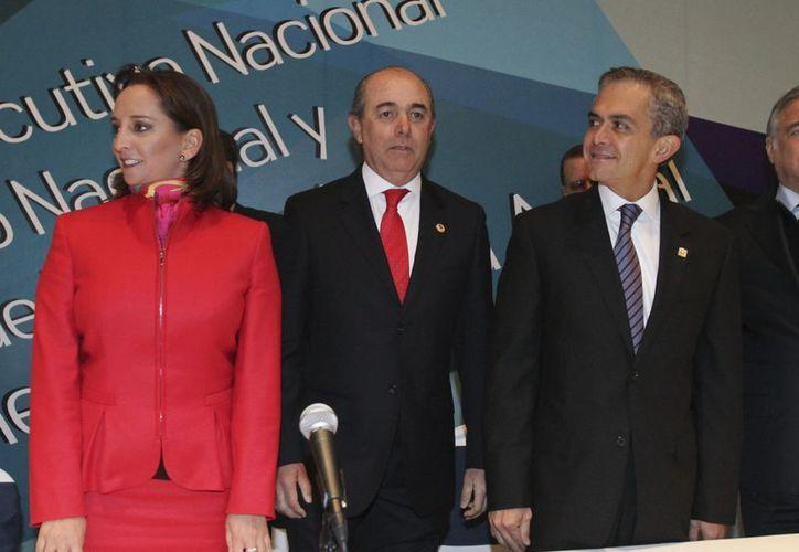 La titular de la Secretaría de Turismo, Claudia Ruiz Massieu, Manuel Gutiérrez García, Presidente Nacional de la Canirac y el jefe de gobierno del Distrito Federal, Miguel Ángel Mancera. (Notimex)