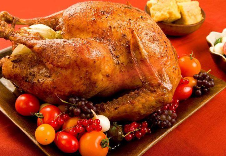 En la cena de Navidad algunas personas consumen más de 4 mil 500 kilocalorías, cantidad que no incluye las acumuladas por bebidas alcohólicas. (Milenio Novedades)