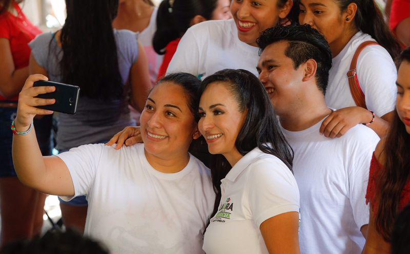 La candidata a la presidencia municipal de Puerto Morelos, Laura Fernández dialogó con tianguistas de la colonia 23 de Enero. (SIPSE)