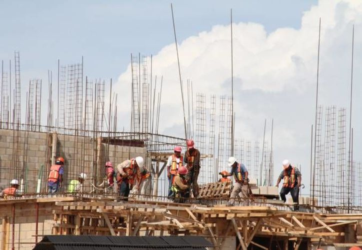 También se redujo el personal en la industria de la construcción, indicó el Inegi. (Archivo/SIPSE)