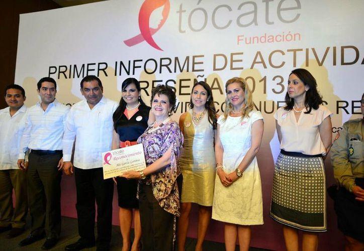 La Fundación Tócate entregó un reconocimiento a Alis García por su apoyo a la campaña de prevención de cáncer de mama. (Luis Pérez/SIPSE)