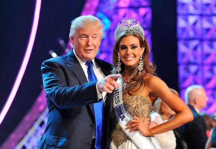 La cadena Univisión, encargada de la transmisión del concurso Miss Universo, rompió relaciones con el concurso, financiado por Donald Trump, quien en la imagen aparece con Miss Connecticut, Erin Brady. (AP)
