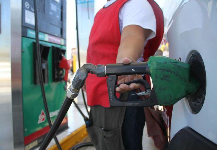 Analistas financieros estimaron que en 2017 el costo por litro llegará hasta 20 pesos, y en algunos días se registrarán hasta dos alzas. (Archivo/ SIPSE)