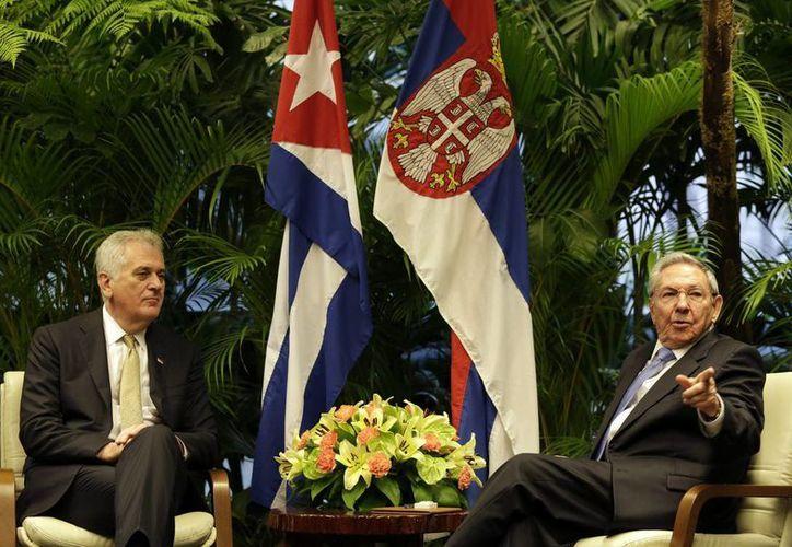 Imagen del presidente de Cuba, Raúl Castro (d), y su homólogo serbio, Tomislav Nikolic (i), durante una reunión en el Palacio de la Revolución de La Habana, Cuba. (EFE)