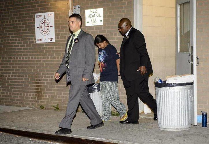 Rashida Chowdhury al ser detenida por el supuesto asesinato de su hijo. Chowdhury aseguró que el niño estaba poseído por un espíritu que lo mantuvo enfermo por varios días. (Foto: New York Dayli News)