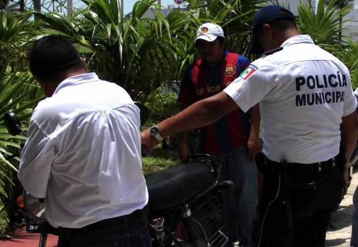 Cuatro elementos de la policía en movimiento custodiarán la colonia Barrio Bravo. (Archivo/SIPSE)