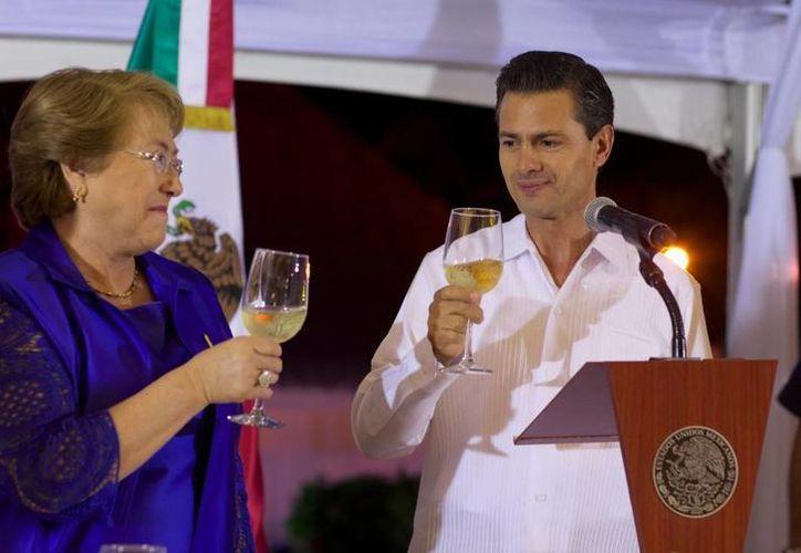 La única presente en la cena de bienvenida fue la Presidenta de Chile, Michelle Bachelet, pues los mandatarios de Colombia y Perú arribarán en México este viernes. (Presidencia)