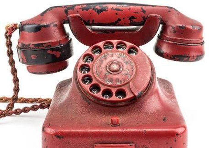 El teléfono que se subastará lleva grabado el nombre de Adolf Hitler y una cruz esvástica con un águila encima.(Foto tomada de Milenio Digital)