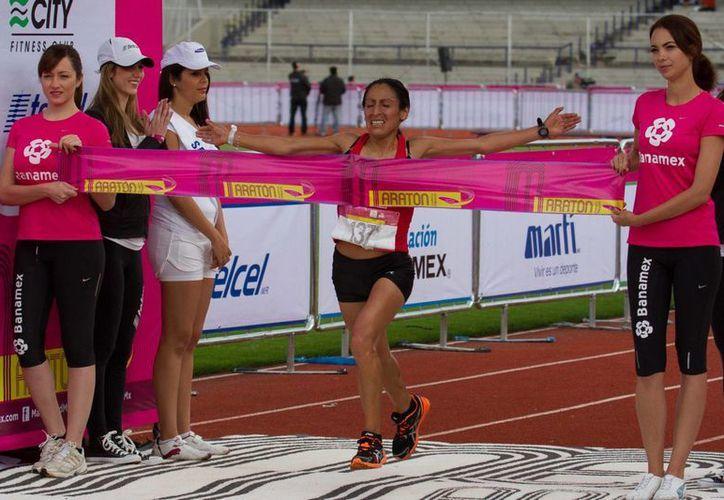 La peruana Gladys Tejeda al llegar a la meta del evento deportivo. (Notimex)