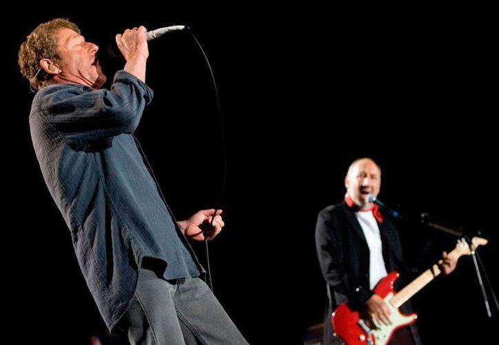 El vocalista Roger Daltrey (izq.) y el guitarrista Pete Towsend, en foto de archivo durante un concierto del grupo 'The Who', cuyo nuevo sencillo, tras 8 años de ausencia, verá la luz muy pronto. (EFE/Archivo)
