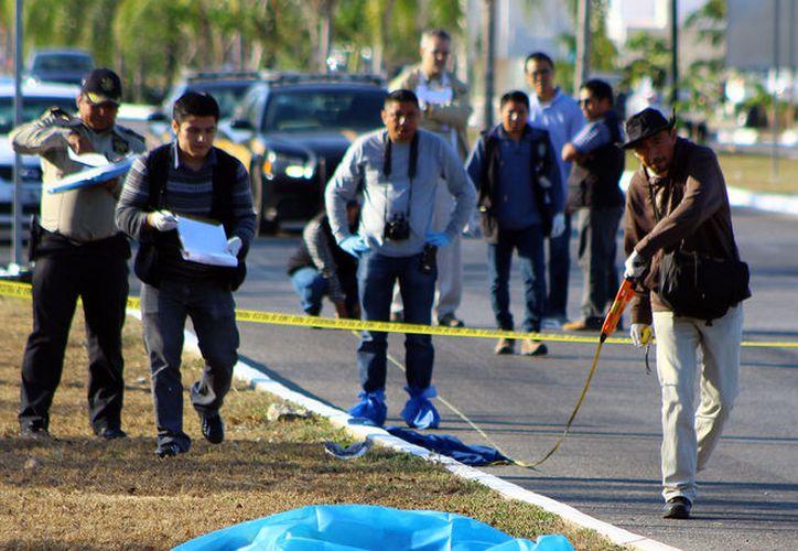 Esta mañana, un auto atropelló y mató a un anciano que se ejercitaba, acompañado de su mascota, en la av. 74 del fraccionamiento Las Américas.  (Aldo Pallota/SIPSE)