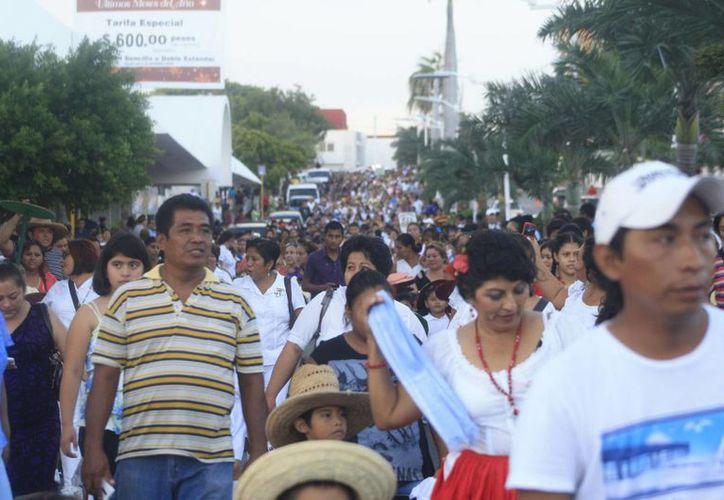 Dentro del desfile se realizaron protestas en contra de los actos de las autoridades federales. (Harold Alcocer/SIPSE)