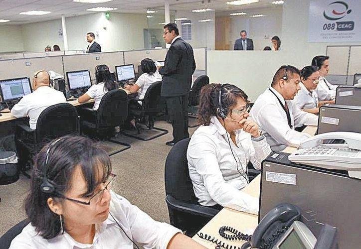 Al menos 200 asesores trabajan atendiendo llamadas en el 088, cuya misión es ofrecer solución en 10 minutos. (Milenio)