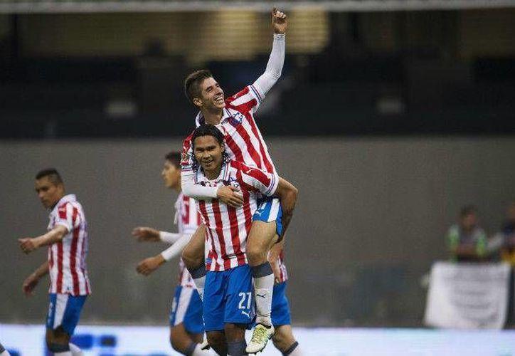 Las Chivas lograron una contundente victoria este domingo ante las Águilas del América con dos goles del 'Conejito' Brizuela y uno del 'Gullit' Peña. (Archivo/ Mexsport)