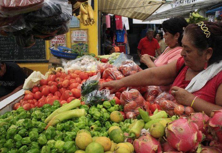 Se espera que el precio de las frutas y verduras siga aumentando en el mercado. (Harold Alcocer/SIPSE)